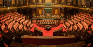 L'aula del senato della Repubblica vuota dei suoi membri (e delle competenze previste dalla Costituzione).