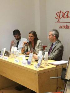 Anna Ascani alla presentazione del libro, tra Gianni Riotta e Federico Fubini.