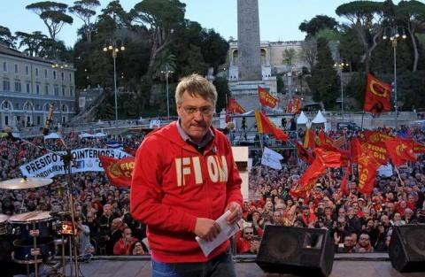 Landini alla fine del suo discorso e piazza del Popolo rossa e strapiena