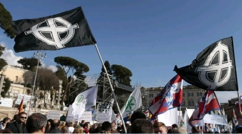 Roma, piazza del Popolo: Lega e fascisti a braccetto