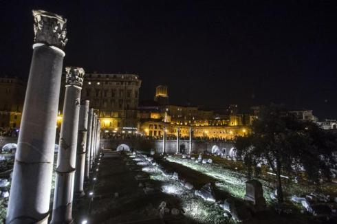 I Fori Imperiali con l'illuminazione di Vittorio Storaro voluta dal sindaco Marino. (ANSA/ANGELO  CARCONI)